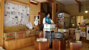追分温泉旅館を避難所にしてしまったご主人の横山宗一さん。そこに最後の5箱を置かせてもらいました。30人の避難者が暮らし、一日300人にタダでお風呂をふるまっています。
