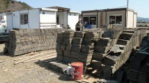 会社も家も流された茅葺き屋根工事熊谷産業はプレハブで再起。東京駅の屋根ためのスレートは最優先で拾い集めました。これは戦後の修復の際の登米産、最利用してほしいものです。